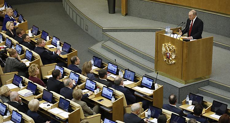Putin pratar i riksdagen Duman. Han står i en talarstol