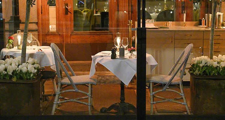 Ett bord på en uteservering. Det är kväll och ljus på borden.