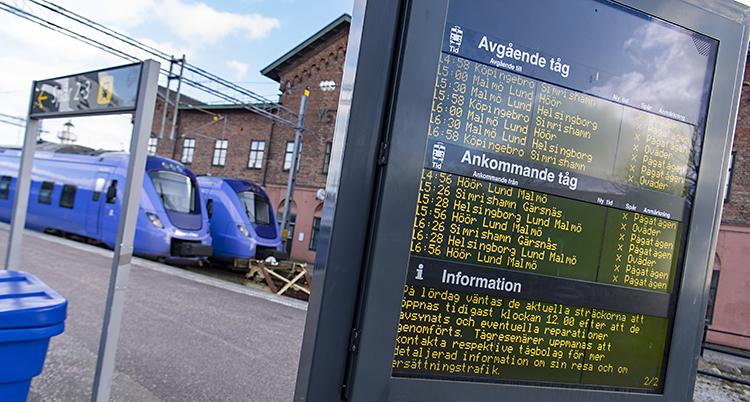 Bilden visar en skylt vid en tågstation. På skylten står det att tåg är inställda.