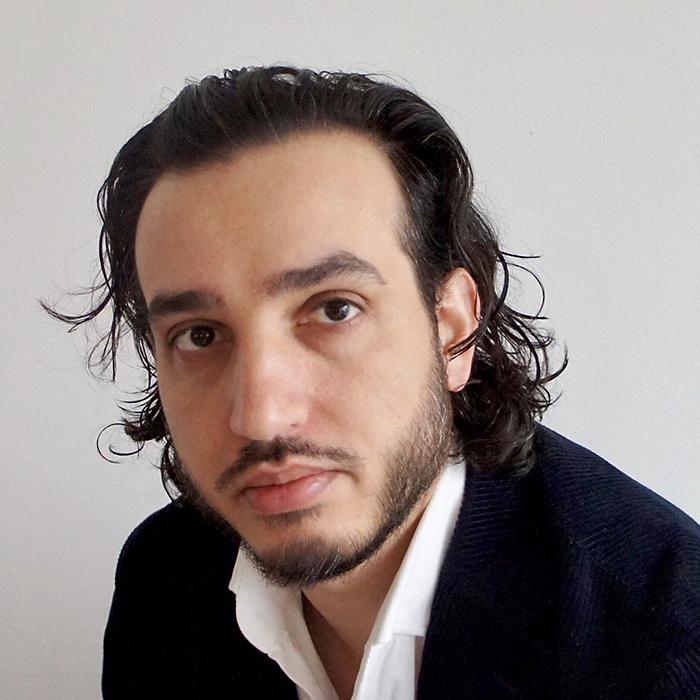 En man med mörkt hår och skägg