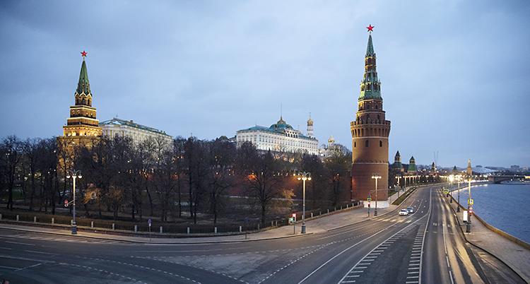 En tom gata framför hus med torn