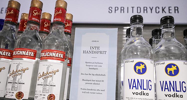 Vodka och ginflaskor på systembolaget.