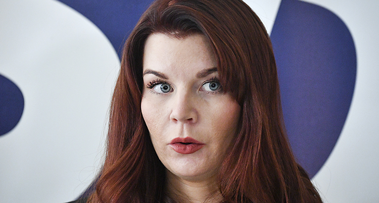 Ansiktsbild på Louise Erixon. Hon tittar snett åt sidan.