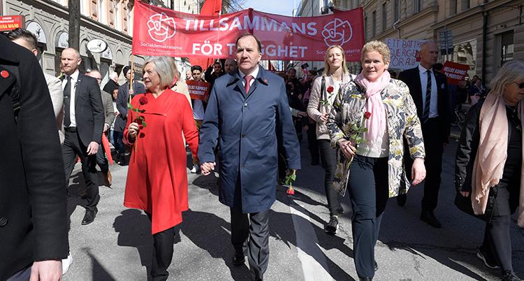 Stefan Löfven och andra människor i ett Förstamajtåg.