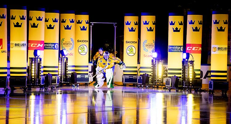 Spelarna har gula tröjor med tre blåa kungakronor på