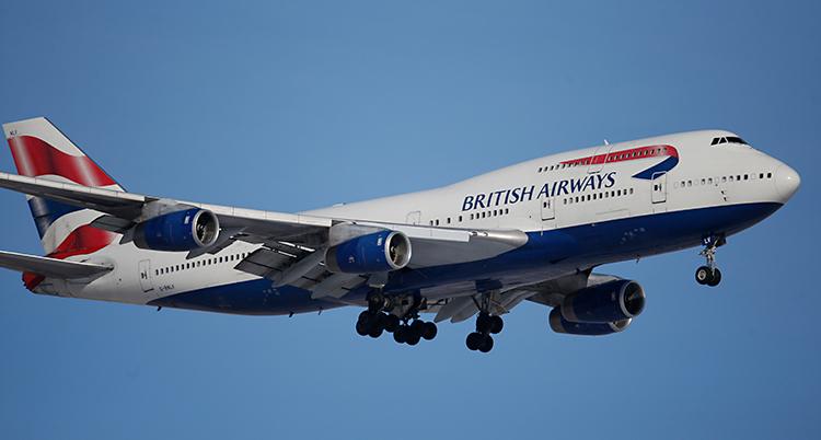 Bilden visar ett flygplan som är i luften. Det står British Airways på planet.