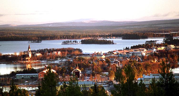 Flygbild över staden som ligger vid en sjö.