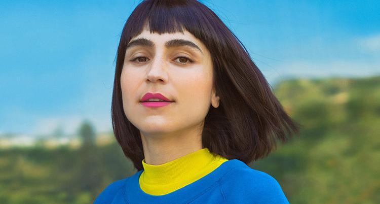 En närbild på Laled som har en gul och en blå tröja.