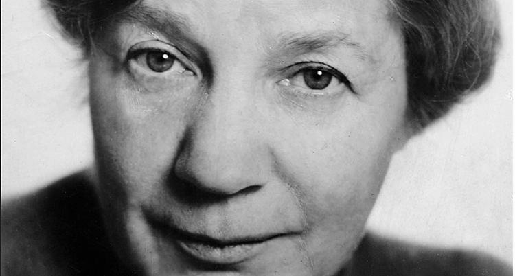 Ett gammal svartvitt foto på en äldre kvinna