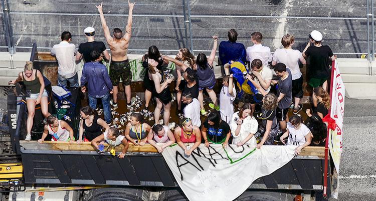 Studenter festar på ett flak