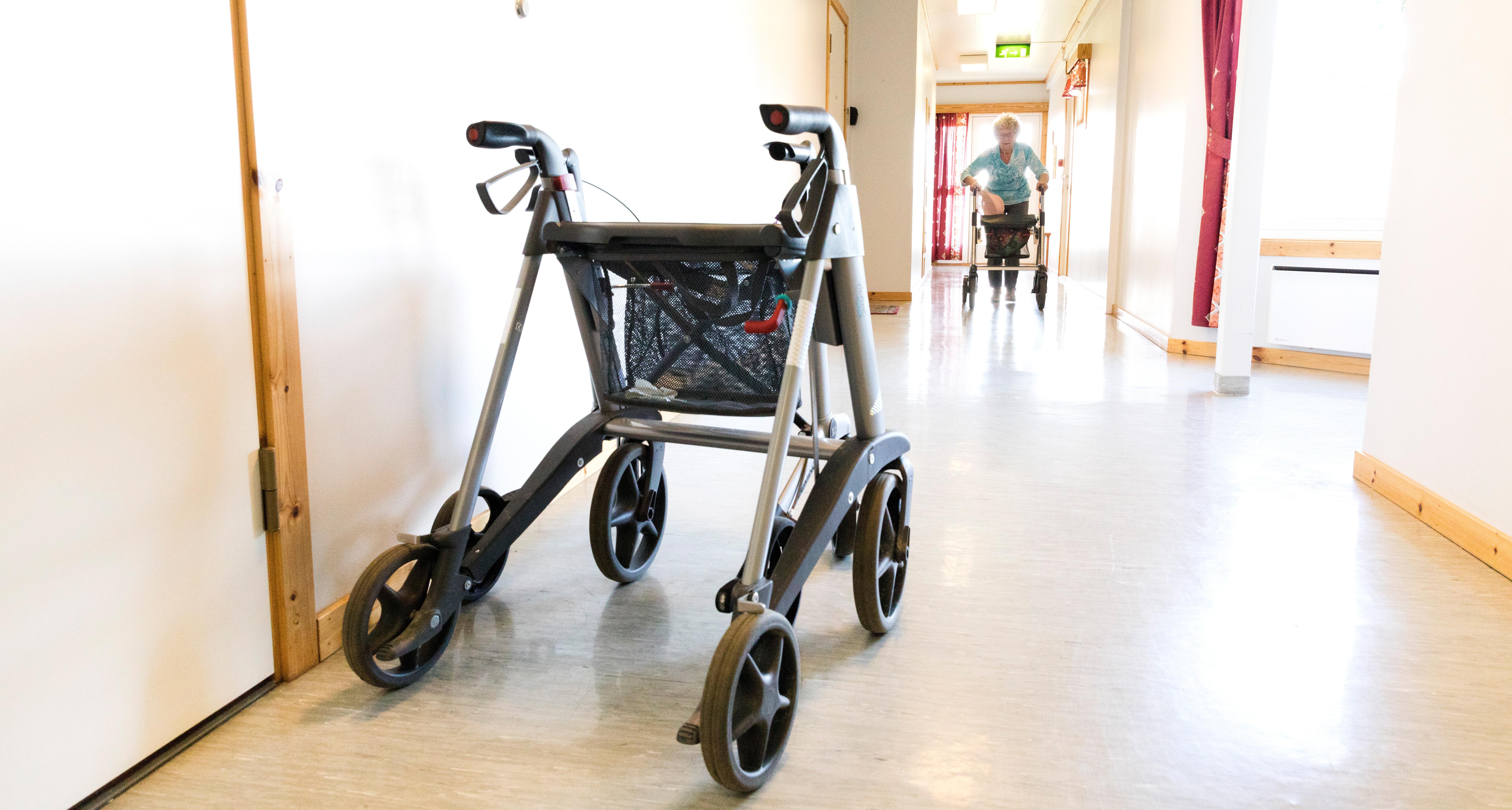 En rullator står i en korridor på ett boende