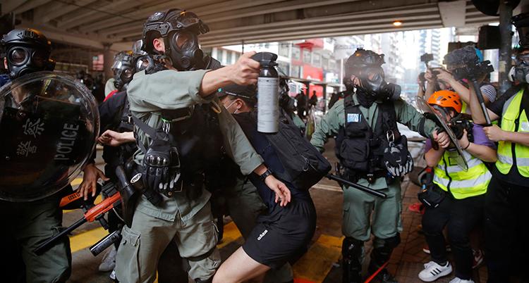Poliser sprutar med tårgas