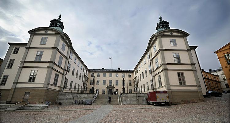 Bilden visar ett stort och gammalt hus på Riddarholmen i Stockholm.