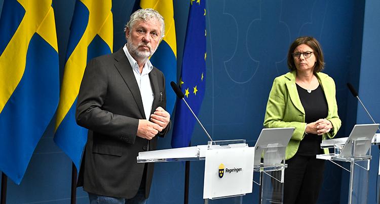 Peter Eriksson och Isabella Lövin på presskonferensen.