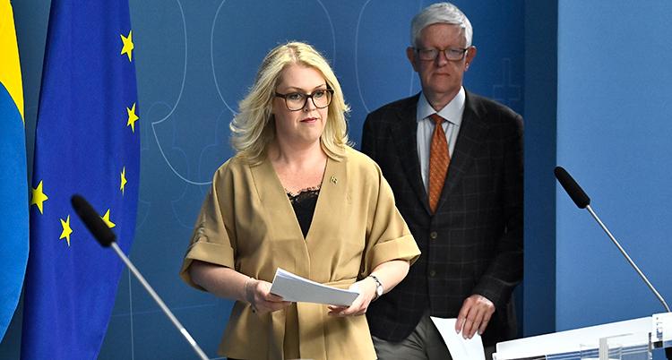 Hallengren och Carlson på väg till presskonferensen.