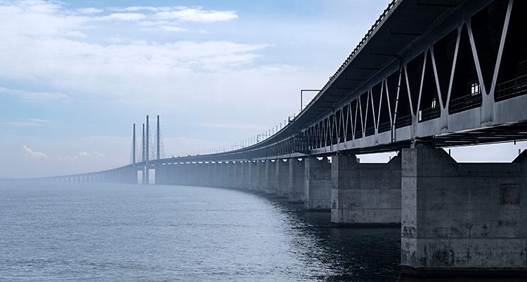 Bilden visar en stor bro och ett hav.