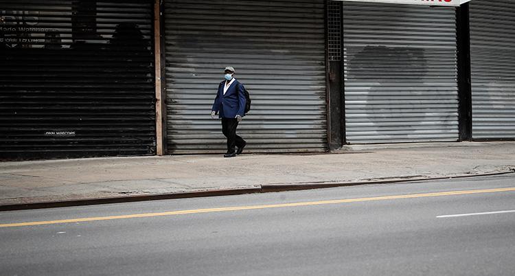 En man går på en öde gata i New York.