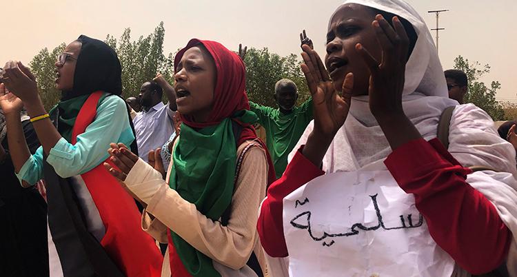 Flera kvinnor på rad klappar i händer. Bilden är från de stora protesterna förra året.