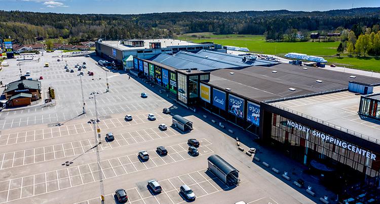 Flygbils över shoppingscentret och en tom parkering