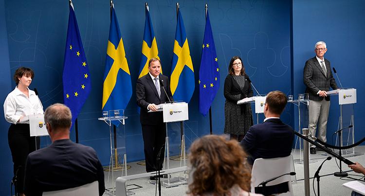 två ministrar, Löfven och Johan Carlson från FMV på pressträffen.