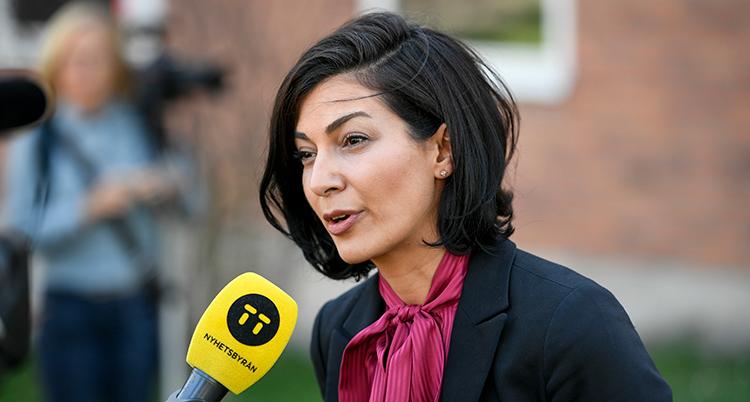 En porträtt på Taha när hon pratar in i en mikrofon