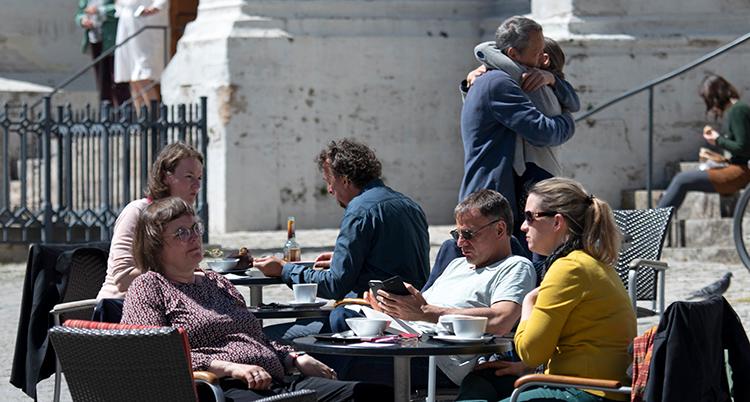 Människor sitter runt ett bord på ett kafé.