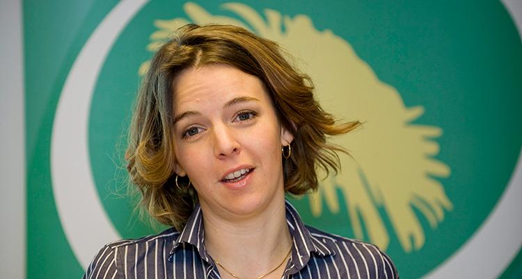 En ung kvinna med brunt hår och randig skjorta