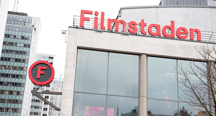 Skylten Filmstaden på biografens byggnad i röd text.