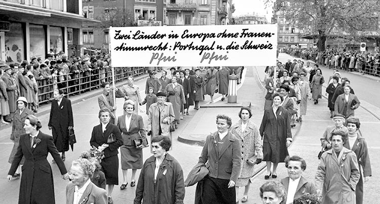 En svartvit bild på kvinnor som tågar med en banderoll