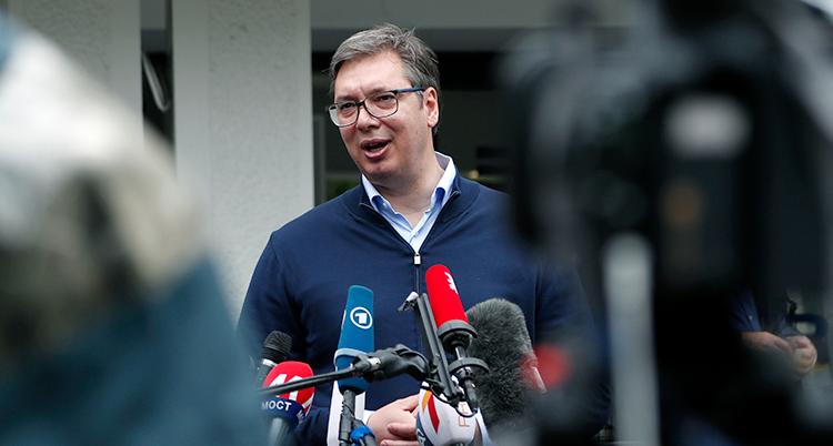 Serbiens president Aleksandar Vucic blir intervjuad av journalister.