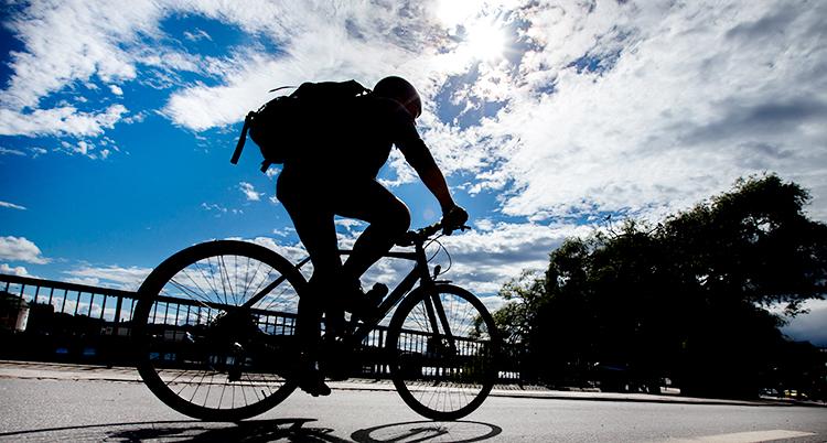 En cyklist cyklar på en väg.