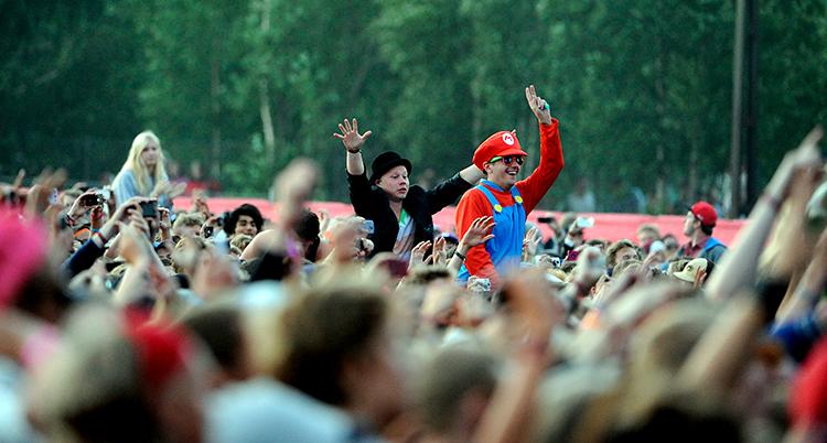 Massor av människor syns i en publik.