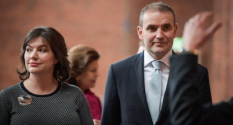 Presidenten och hans fru på en närbild. Båda ser allvarliga ut.