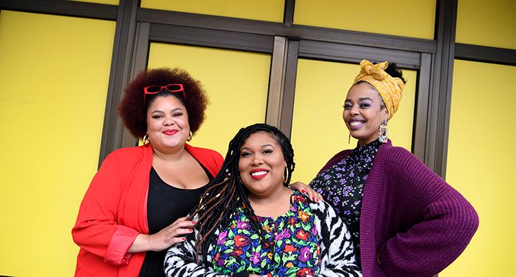 Bild på alla tre i The Mamas. Bakom dem syns en gul husvägg.