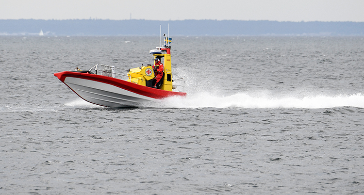 Båten kör snabbt i vattnet.
