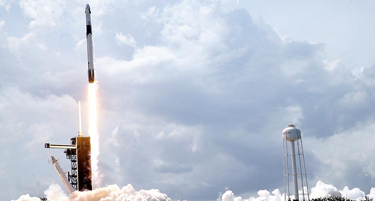 raketen lämnar jorden.