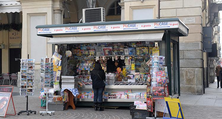 En kiosk som säljer tidningar i Turin i Italien.