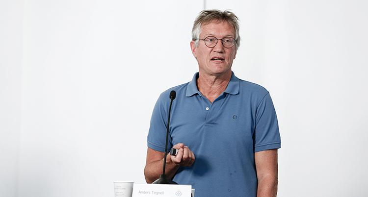 Anders Tegnell på Folkhälsomyndigheten pratar på en pressträff.