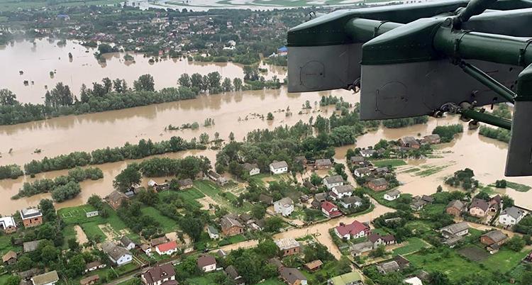 Bilden är tagen från luften. Massor av hus har vatten runt sig.