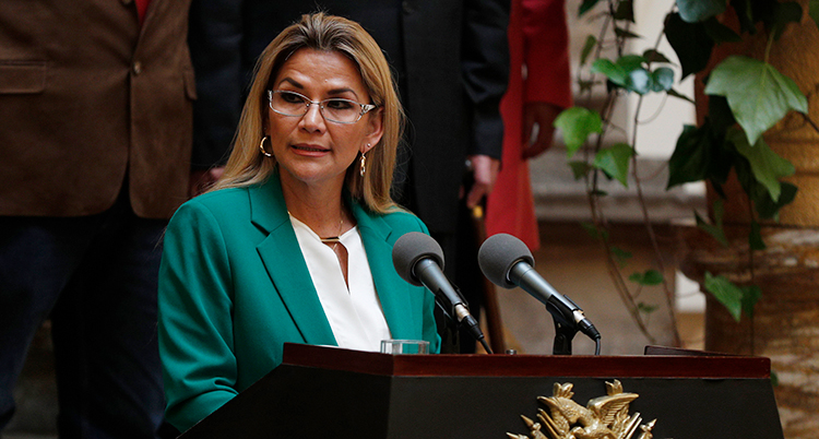 Jeanine Anez är tillfällig president i Bolivia. Här pratar hon till folket.