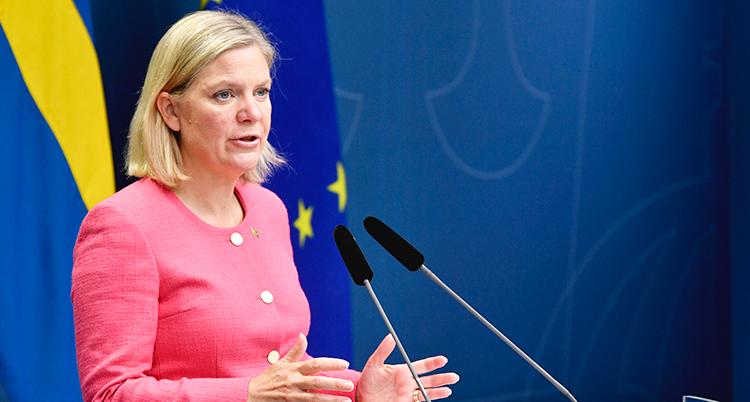 Finansminister Magdalena Andersson pratar i en mikrofon.
