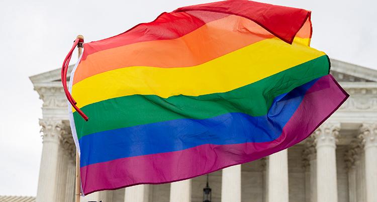 En regnbågsflaggan syns framför Högsta domstolen i USA.