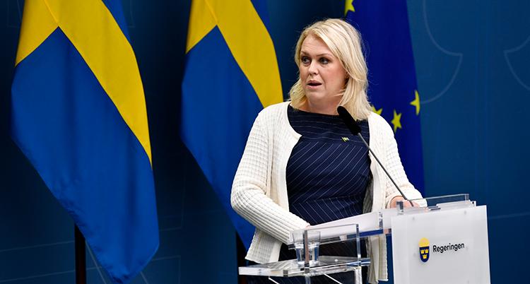 Socialminister Lena Hallengren pratar i en mikrofon.