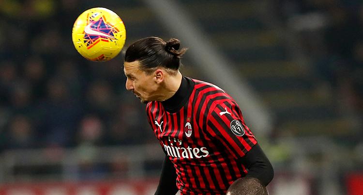Zlatan är uppe i luften och är på väg att nicka en boll. Bollen är bara några centimeter från hans huvud.