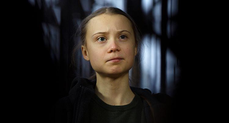 Greta Thunberg ser allvarlig ut.