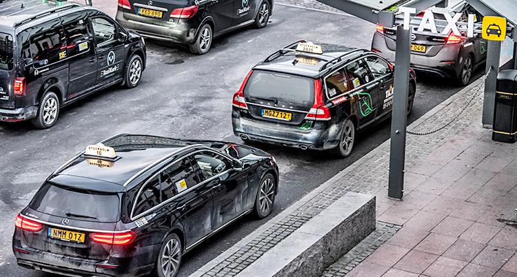 Flera taxibilar som står på rad utanför centralstationen i Stockholm.