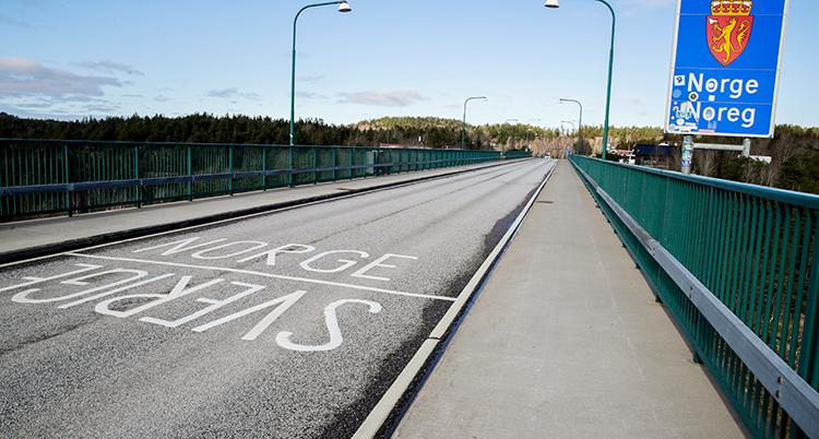 En väg som visar gränsen mellan Sverige och Norge.