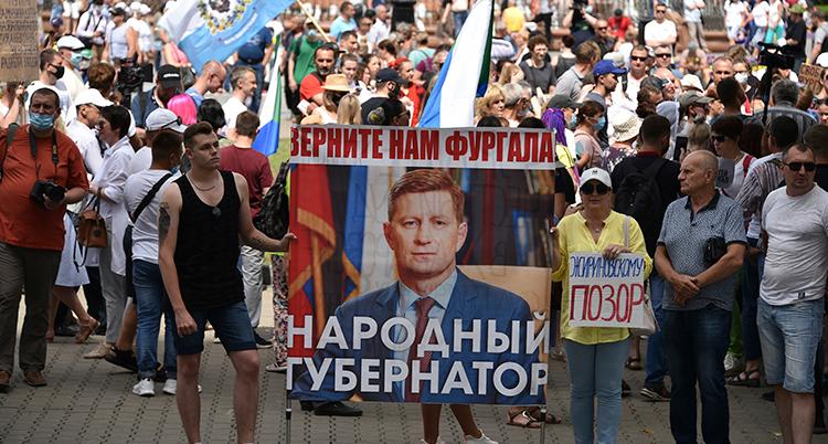 Människor med bild på Furgal protesterar på en gata.