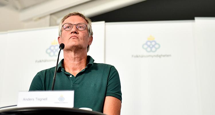 Anders Tegnell i grönt fotad underifrån när han blickar ut över deltagarna på presskonferensen. Han ser allvarlig ut.