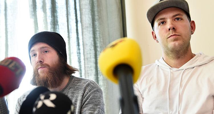 en bild på bröderna vid en presskonferens
